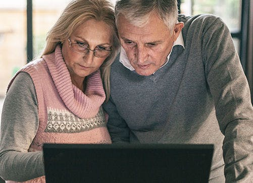 couple researching is shingles contagious